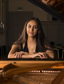 Roxanna teaches Piano lessons in South East